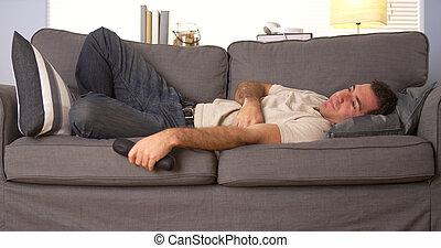 tipo, tentando, dormire, su, divano