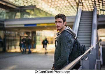 tiro de perfil, tren, dentro, joven, estación, hombre, guapo