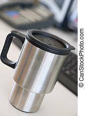 tiro, de, un, reutilizable, taza para café, en, un, escritorio