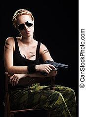 tiro, de, un, sexy, militar, mujer, posar, con, arma de fuego