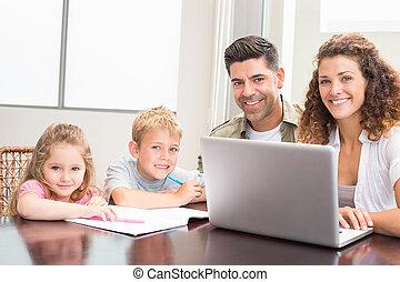 tisch, laptop, familie, sitzen