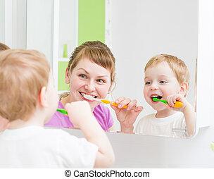 tisztítás, fürdőszoba, fog, tükör, gyermek, anya, elülső, boldog