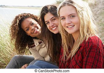 tizenéves, ülés, dűnék, lány, három, együtt, homok