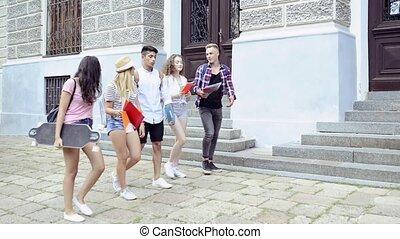 tizenéves, csoport, university., diákok, gyalogló, bájos