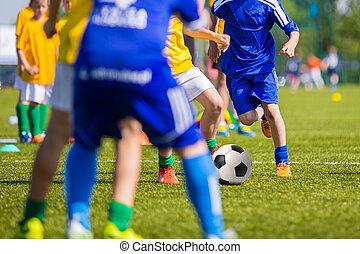 tizenéves, fiú, játék futball, labdarúgás, match., fiatal, foci játékos, futás, és, rúgás, focilabda, képben látható, egy, futball, pitch.