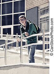 tizenéves fiú, noha, hátizsák, ellen, egy, izbogis, épület