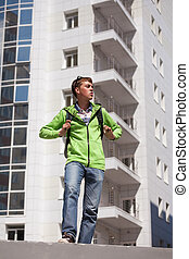 tizenéves fiú, noha, hátizsák, gyalogló, képben látható, város utca