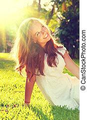 tizenéves, külső, romantikus, szépség, ülés, zöld, leány, fű