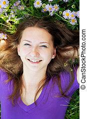 tizenéves lány, fű, fekvő