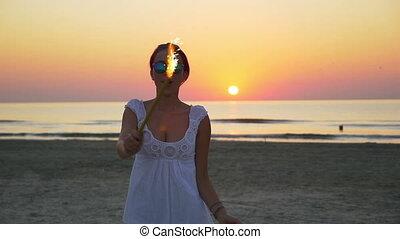 tizenéves, nő, neki, tánc, kéz, tengerpart, tűzijáték, tenger, gyertya