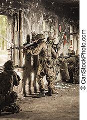 tjäna som soldat, med, automatisk, vapen