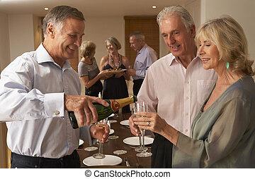 tjänande, middag, hans, gäster, parti, champagne, man