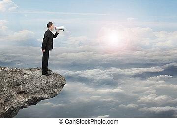 tjuta, solljus, affärsman, användande, megafon, moln, klippa