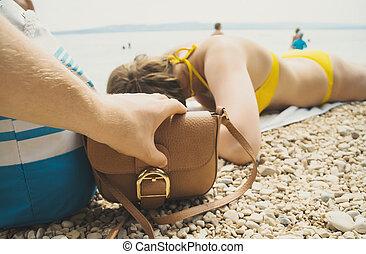 tjuv, stöld, a, väska, från, a, kvinna, på, den, strand.