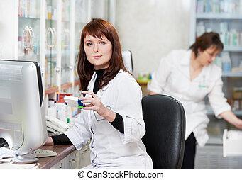 to, apotek, apotekeren, kvinder, ind, drugstore