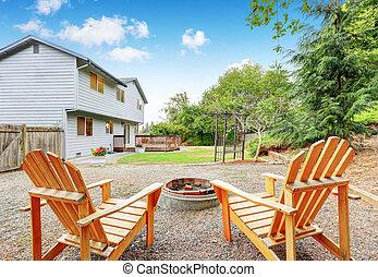 to, græsplæne stol, hos, den, backyard., blå hus, exterior.