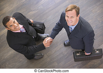 to, indendørs, forretningsmænd, hænder, smil, ryse