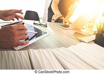 to, kollegaer, interior konstruktør, diskuter, data, og, digital tablet, og, computer, laptop, hos, udsnit, materiel, på, træagtigt skrivebord, idet, begreb