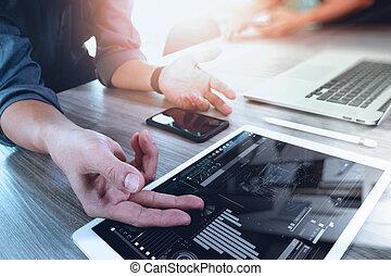 to, kollegaer, interior konstruktør, diskuter, data, og, digital tablet, og, computer, laptop, hos, udsnit, materiel, og, digital konstruktion, diagram, på, træagtigt skrivebord, idet, begreb