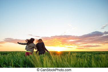 to, pige kammeraten, løb, into, hvede, til, den, solnedgang