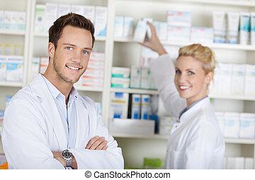 to, smil, apotekere, hos, drugstore