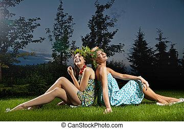 to, smil, have, siddende, smukke piger