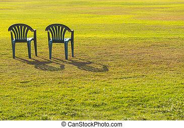to, stol, på, grøn græsplæne, hos, solnedgang