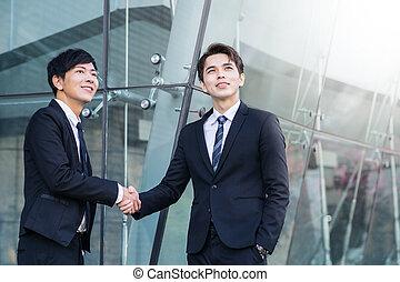 to, tillidsfuld, forretningsmænd, hænder, smil, ryse
