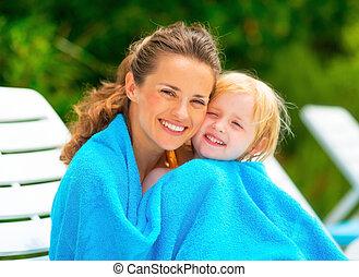 toalha, sittin, bebê, mãe, embrulhado, retrato, menina sorridente