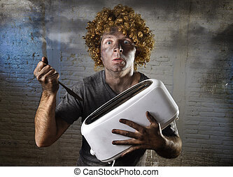 toast, accident, obtenir, grille-pain, conjugal, jeune, souffrance, électrocuté, homme, essayer, couteau, dehors