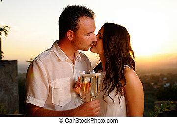toast, baisers, coucher soleil couples, jeune