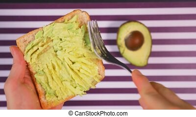 toast, concept, sain, avocat, eating., arrière-plan., noir, rayé, épices, pain blanc