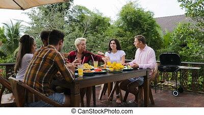 toast, debout, manger, gens, communication, couple, redresser, jeune, terrasse, dehors, dire, table, amis