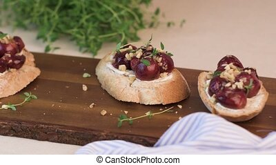 Toast with goat cheese, grapes, nuts and honey.