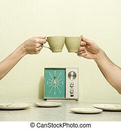 toasten, cups., hände