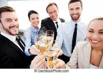 toasten, zu, success., gruppe geschäfts bevölkert, toasten, mit, champagner, und, lächeln, während, stehende , nah, jedes