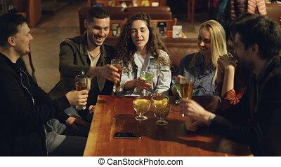 toasting, posiadanie, pijąc., weekend, concept., mężczyźni, ...
