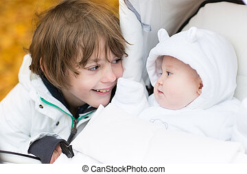 tocando, bebê, irmã, carrinho criança, irmão, sentando, seu