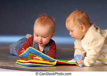 tocando, bebês, brinquedos