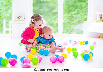 tocando, crianças, coloridos, brinquedos
