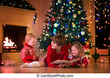 tocando, crianças, lareira, véspera, natal