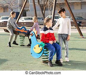 tocando, crianças, pátio recreio
