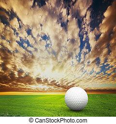 tocando, golf., bola, ligado, golfe, campo, em, pôr do sol