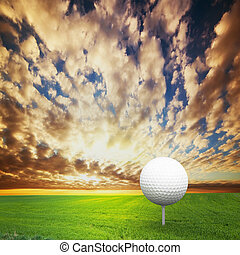 tocando, golf., bola, ligado, tee, golfe, campo, em, pôr do sol
