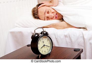 tocando, relógio, alarme, quando, sono, tentando, homem