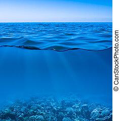 todavía en calma, agua de mar, superficie, con, cielo claro, y, submarino, mundo, descubierto