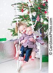 toddler, dela, irmão, prendendo bebê, menina, stting, adorável, branca