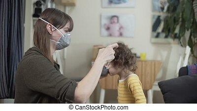 toddler., mère, mettre, masque, essayer