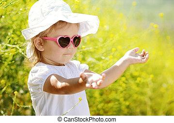 toddler, menina, desfrutando, verão, luz