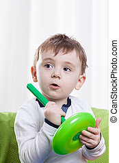 toddler, tendo divertimento, sozinha